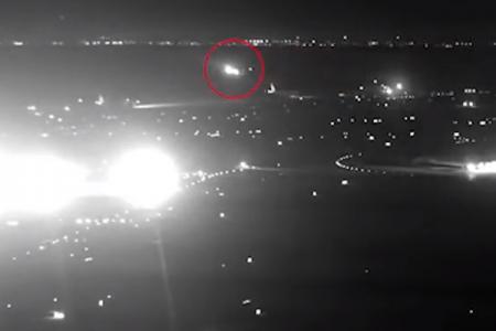 La pista è occupata e l'aereo si salva in extremis: un video da brividi