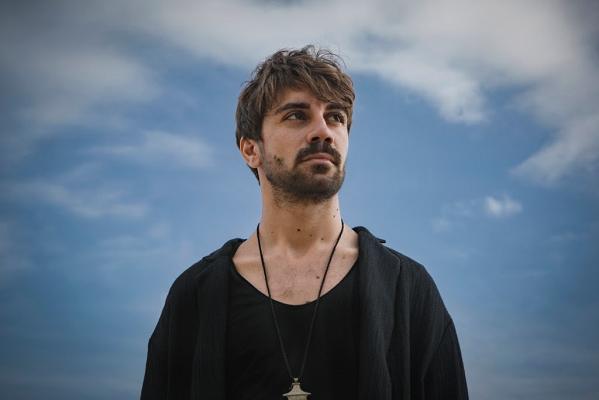 """Alessio Bondì mette le ali al dialetto siciliano e vola all'Eurosonic Festival con """"Nivuru"""""""