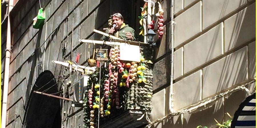 Cartoline da Napoli, il neomelodico Topolino canta (e balla) dal suo balcone nel Centro Storico: ecco il video