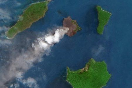 Il video impressionante del vulcano esploso in Indonesia che ha causato il devastante Tsunami