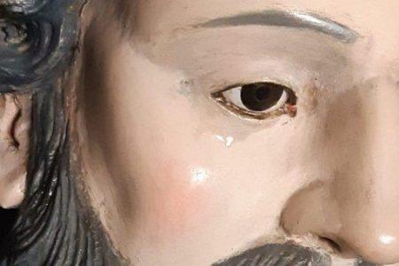 Lacrime dalla statua di San Francesco di Paola. Ma il prete avverte: ancora presto per gridare al miracolo