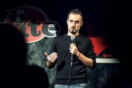 """Il poliedrico comedian Daniele Fabbri in """"Fascisti su Tinder"""" al Teatro Nuovo di Napoli"""