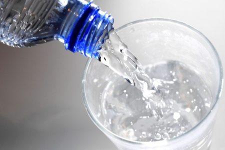 Il barista gli serve brillantante al posto dell'acqua, grave un giovane di 28 anni
