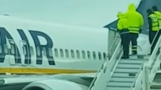 Brindisi, secchi d'acqua calda sulle ali per far partire l'aereo. Inchiesta dell'Enac