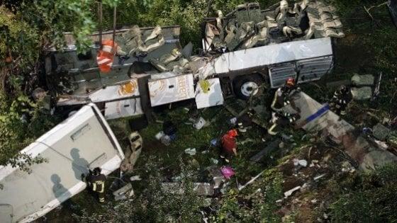"""La strage del bus ad Avellino, l'ira dei parenti delle vittime: """"Ingiustizia è fatta"""". Di Maio: """"Ci riprenderemo le autostrade"""""""
