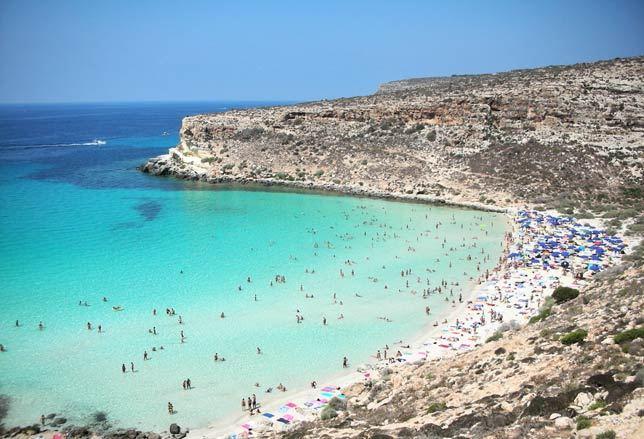 La spiaggia dei Conigli da simbolo dei migranti a meta dei turisti