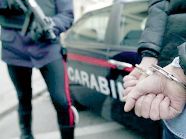 Tenta di riscuotere la pensione del marito morto da cinque anni e viene arrestata