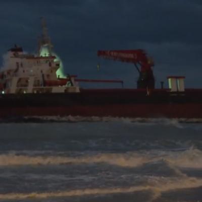 Burrasca e maltempo, un cargo si arena sul lungomare di Bari: evacuata la nave