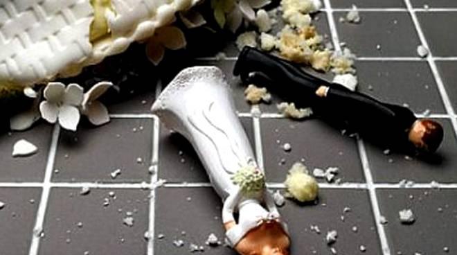 Storie di burocrazia. Sedici anni dopo le nozze scopre di essere ancora sposata. E salta il nuovo matrimomio