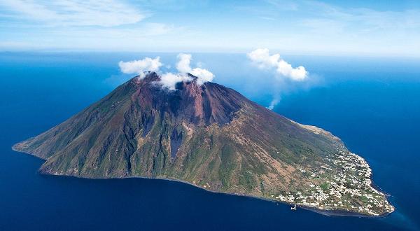 Esplode lo Stromboli, quando il vulcano causò uno tsunami anche nel golfo di Napoli
