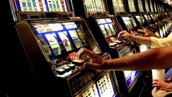 Napoli: gioco d'azzardo, stretta del Comune sui nuovi corner
