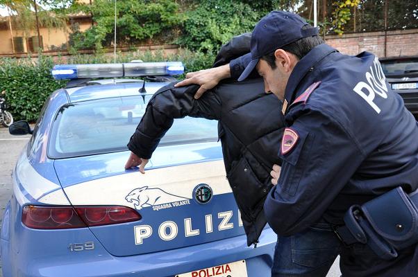 Rapina giovani e poi chiede passaggio a vittima: arrestato