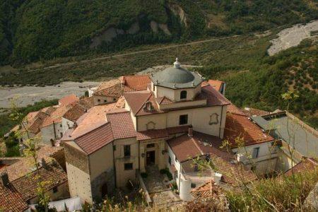 Alla scoperta dei gioielli del Sud da salvare, Palazzo Bentivenga: l'orfanotrofio del ricamo e della madonna che piange