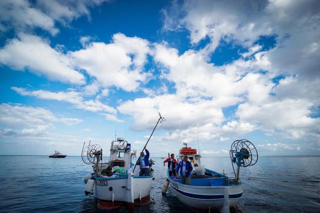 A pesca di rifiuti: nel Golfo di Napoli la legge Salvamare é già realtà