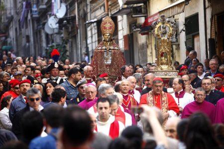Napoli, la pioggia ferma la processione per San Gennaro