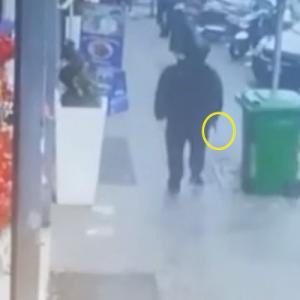 Il video choc del killer che spara fra la folla a Napoli