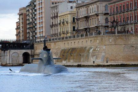 La foto del giorno: un sommergibile nel porto di Taranto