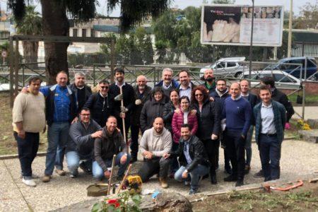 Gravina di Catania, i volontari ripuliscono i vialetti e piantano fiori