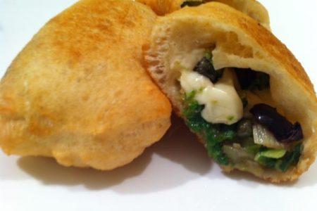 Le ricette della tradizione napoletana. Come preparare le pizzette di scarola