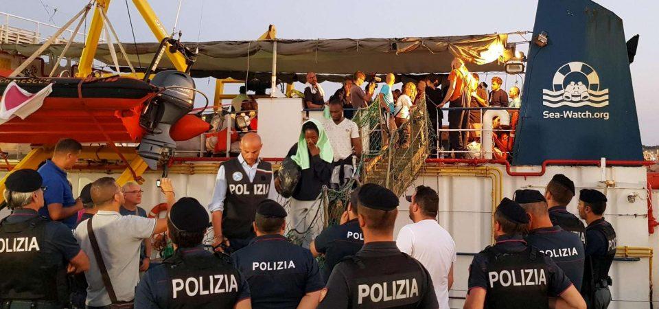 Sea Watch, a Lampedusa l'ultima sfida della capitana in manette