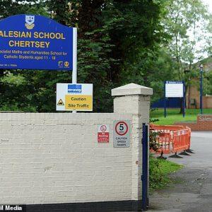 Orrore davanti alla scuola, studente vittima di bullismo si sdraia sui binari e viene ucciso da un treno