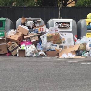 """Napoli: il grande flop della raccolta differenziata, """"Il cassonetto vi saluta!""""…e l'immondizia resta per terra"""