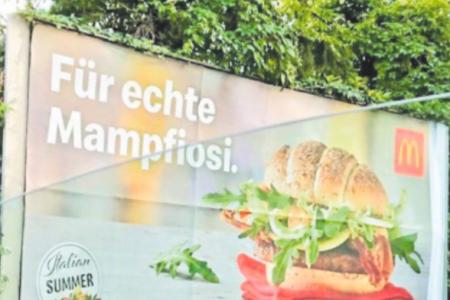 """""""Per veri mafiosi"""", il manifesto choc che in Austria insulta gli italiani"""