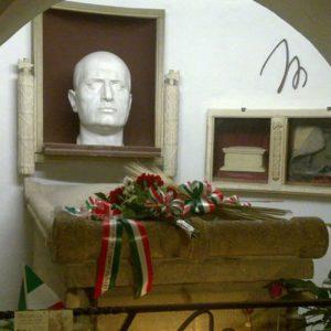 """Gli """"affari del due"""", ora la cripta di Mussolini è un'attrazione turistica"""