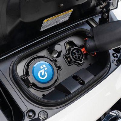 Sorpresa, l'auto elettrica mette in crisi il petrolio: crolleranno i prezzi del barile