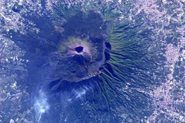 La foto del giorno: il Vesuvio visto dallo spazio, uno spettacolo incredibile