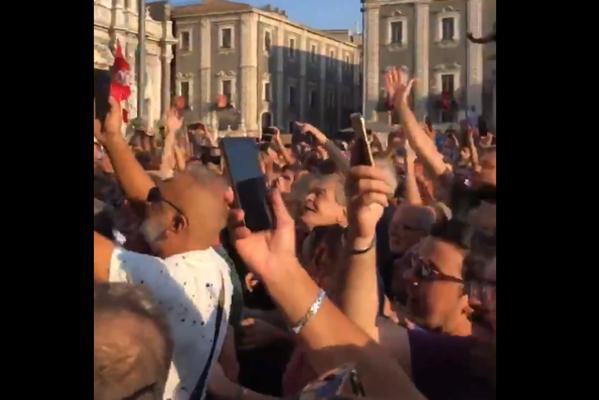 Salvini cerca voti a Sud, ma a Catania incassa fischi e contestazioni. Ecco il video