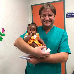 """Dal Kenya al Monaldi per un intervento cardiaco. Di Mauro: """"Neonata salva grazie a lavoro di squadra"""""""