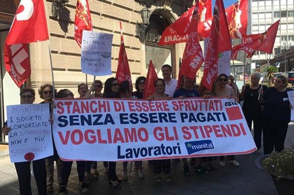 Da tre mesi senza stipendio, il dramma dei lavoratori che puliscono le scuole di Napoli e Salerno