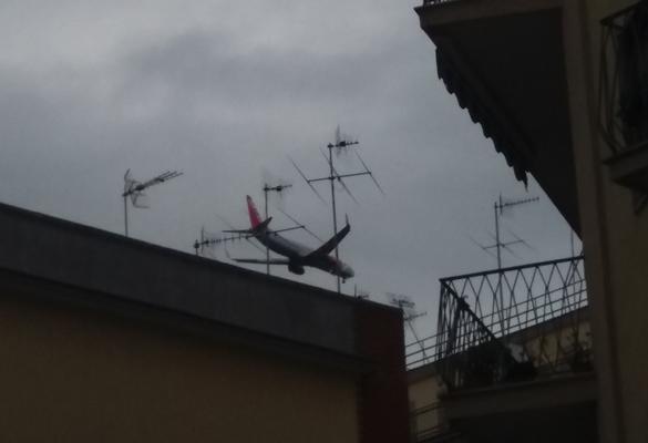 """La lettera. """"Troppi aerei a bassa quota nel cielo di Napoli"""". Ecco le foto"""