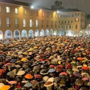"""Roma invasa dalle """"sardine"""", in piazza il popolo dei no-Salvini"""