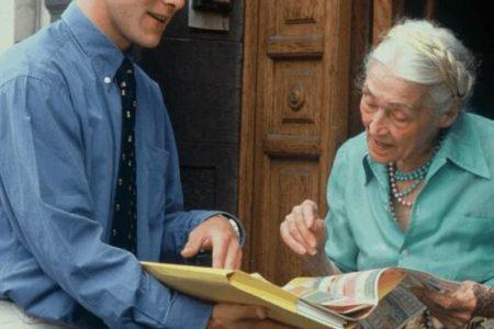 Attenti quando si apre la porta: ecco cosa fare per evitare le truffe agli anziani