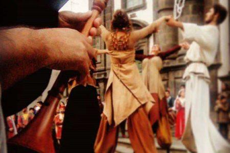 Il 6 gennaio in Piazza Duomo a Giarre 'Arriva la Befana…sui trampoli'