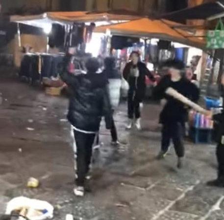 Baby gang mette in fuga gli agenti: il video-choc che fa il giro del mondo