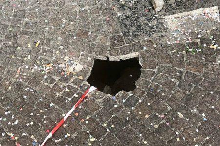 Napoli: una buca in piazza Vanvitelli al Vomero emblema del degrado del quartiere