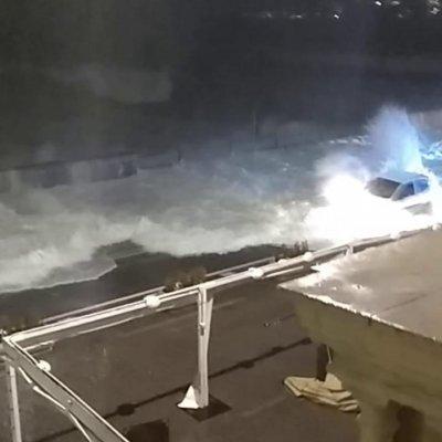 Le incredibili immagini della mareggiata sul lungomare di Napoli