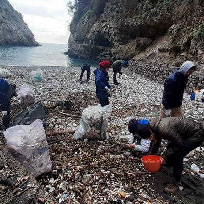 Rifiuti sulla spiaggia di Crapolla, volontari stranieri ripuliscono l'incantevole Fiordo nel Parco Marino di Punta Campanella