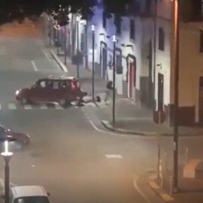 Napoli, ladri svaligiano il negozio. Ma arriva il proprietario e osservate che cosa succede…